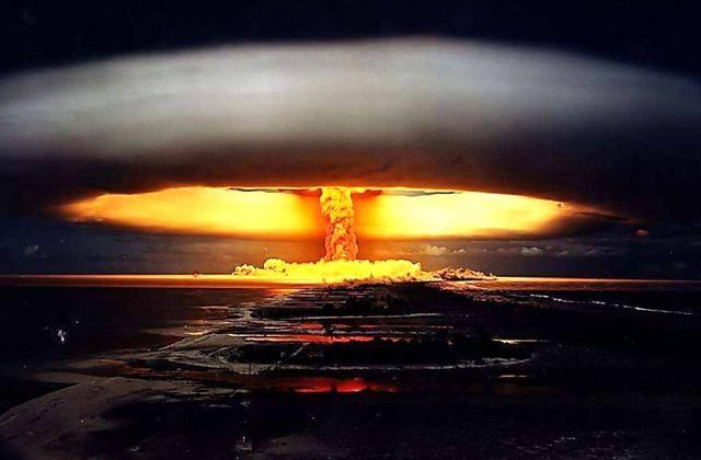 为此,他们将矛头指向了二战时期,执行原子弹投掷任务的英雄蒂贝茨.