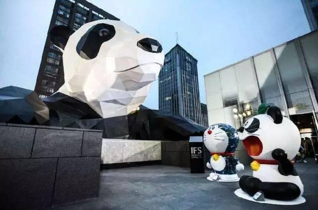 10,ifs楼上的熊猫,什么时候搬来成都住下的?()