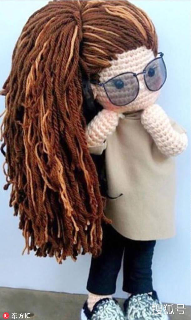 这个女娃娃的头发非常长,戴着墨镜,看上去酷酷的.图片