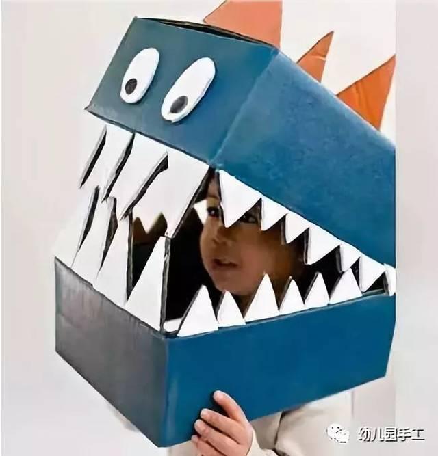 本文导读 恐龙主题是孩子们经久不衰的兴趣,今天的小手工让孩子们自己动手做恐龙。鲜活生动的恐龙形象,一定很吸引孩子们的注意,老师们快动起来吧! 作者 丨小莉老师 本文由《幼儿园手工》编辑,转载须注明来源! 鸡蛋托恐龙  把鸡蛋盒剪裁后作为恐龙的身体,把毛根折成如图所示的形状固定在背部作为恐龙的骨板或棘,最后在粘上眼睛和嘴巴,小恐龙就做好了。