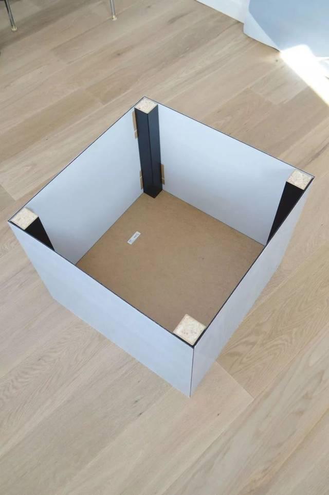 储物柜的柜面还可以充当置物桌 给房屋中间预留了活动空间 这个创意图片