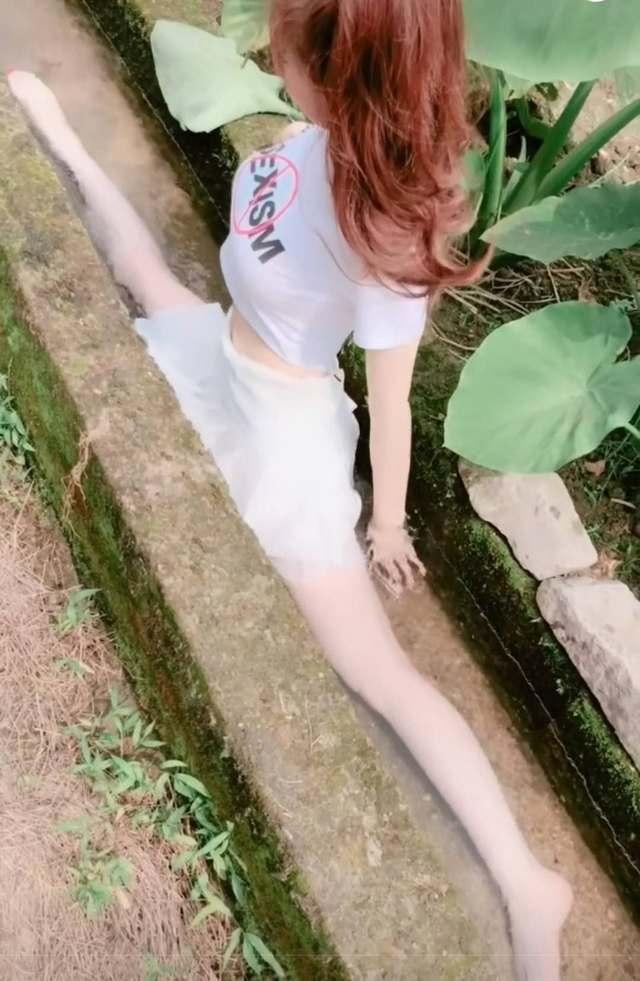 美女穿超短裙水里练习一字马,全身上下湿透了,网友:最