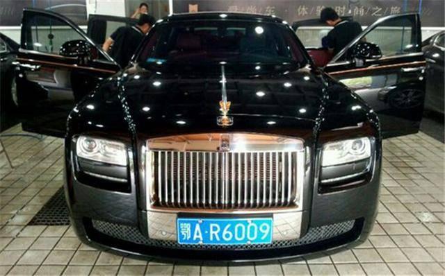 黑色金标古斯特,劳斯莱斯的标有金标跟银标,根据车型不同有区别,当然