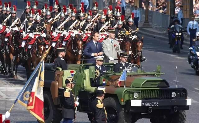 法国阅兵2015_法亚在线法语:法国国庆阅兵式乌龙百出,你们是来搞笑的吗?
