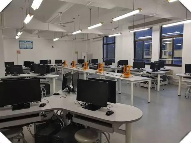 装潢装饰设计与制作实验室拥有高性能微机48台套以及autocad2008,3dm