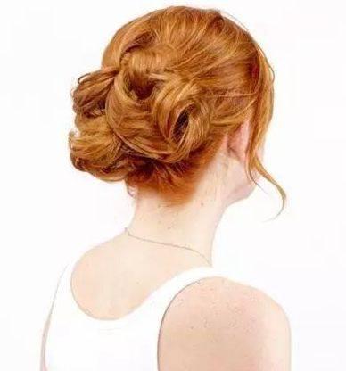 中年女性凌乱式盘发图解,经典成熟的低盘发!