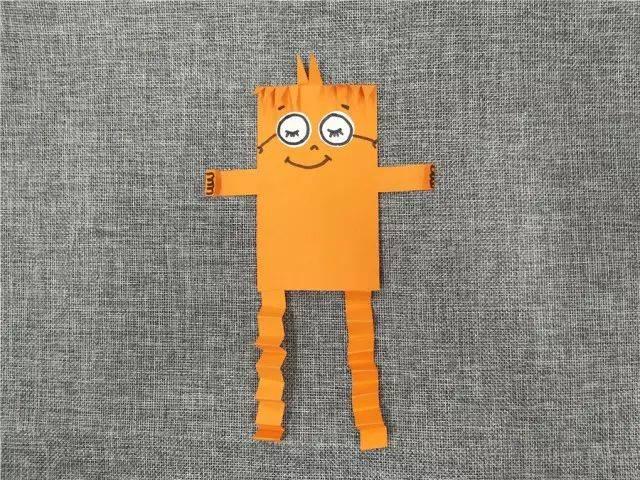 将小怪兽的腿部折叠成图中的样子,画出手的形状.图片