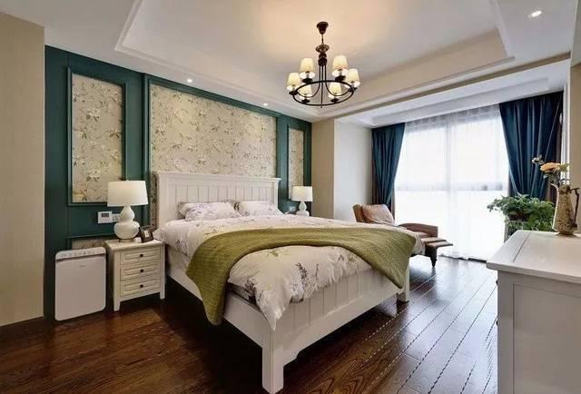床头背景墙以蓝绿色的边框搭配上花纹壁纸,木地板基础摆上一张白色