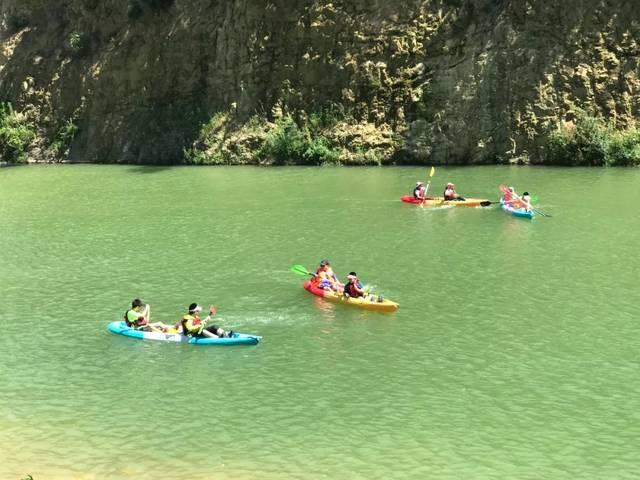 奇妙漂流 冒险家门乘着皮划艇在乱世激流中颠簸飘行,高耸的峡谷里