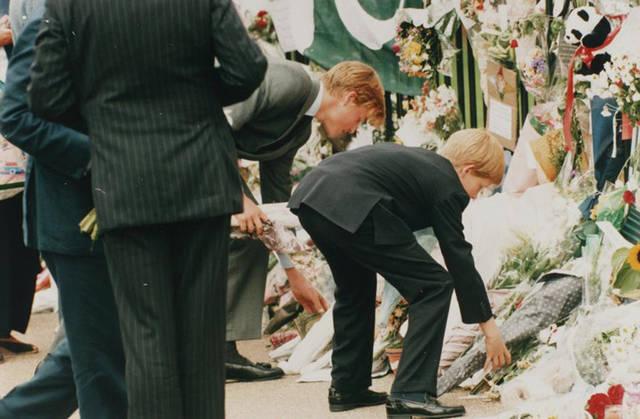 当时在举办戴安娜王妃的葬礼上,英王室成员都参加葬礼.