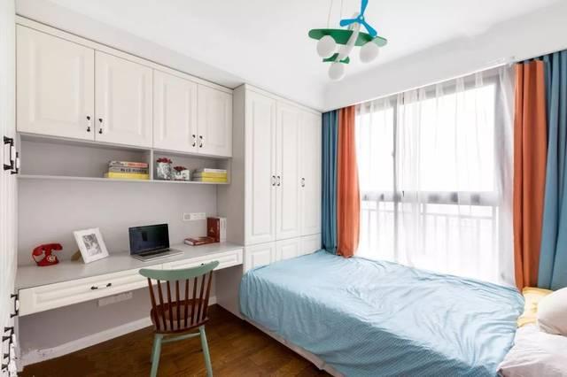 可以选择在榻榻米床头或者床尾安装衣柜,书架和书桌,这样不仅可以收纳