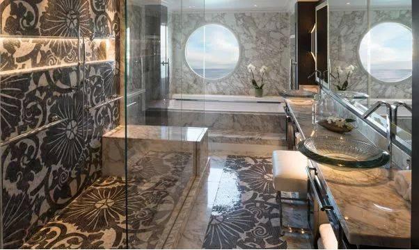 盥洗室大理石地板上精致的花纹透着低调的奢华,洗浴用品皆来自 etro