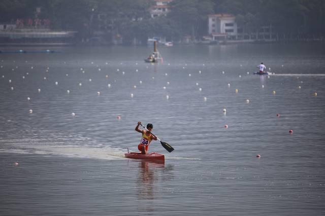 今天上午,第十五届省运竞技体育组皮划艇(静水)比赛在肇庆举行.拔弓射箭图片
