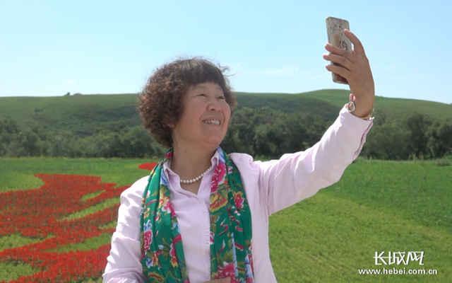 游客在国家一号风景大道沿线景区自拍留影.记者 张欣 摄