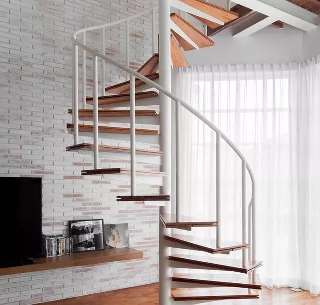 而上连通上下两层的楼梯,依附在一根白色的支柱上,丝毫不占半点空间.