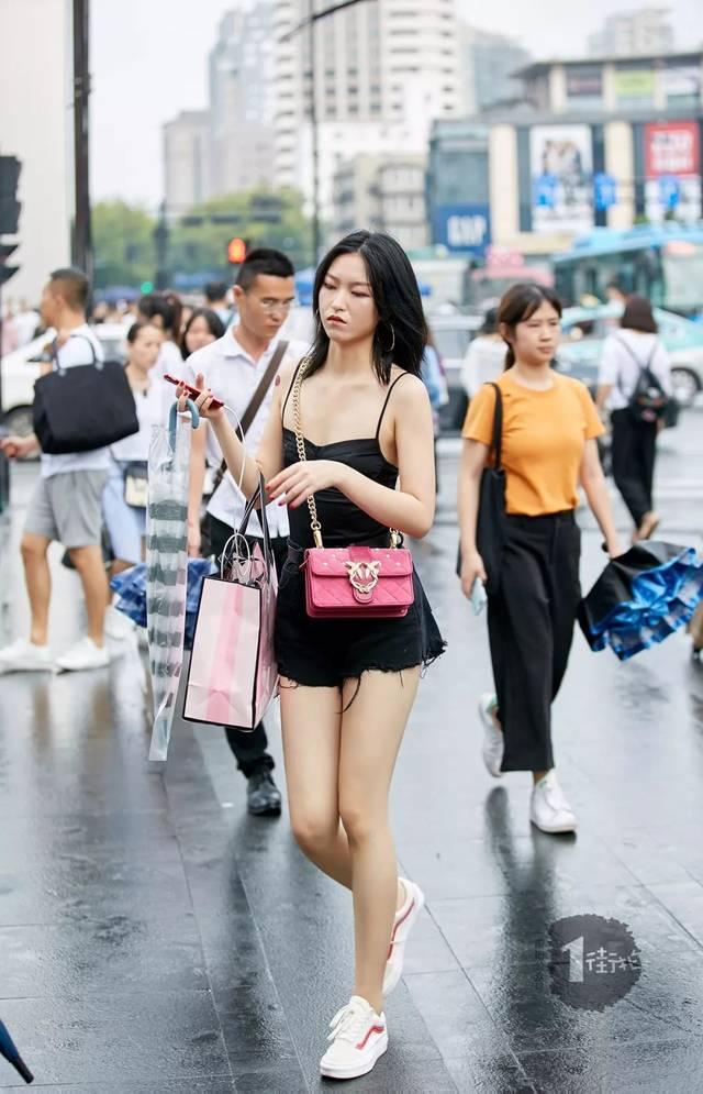 sex58_sex girl就是要全黑酷感穿搭,小白鞋让look多了运动气息.