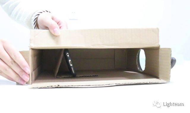 切掉盒子顶部与您刚刚制作的孔相对的短板;向下折叠大约三分之一的图片