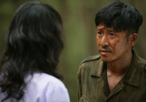 媳妇央求公公_在撤退路上,一位缅甸侨民没有能力安葬自己的公公,央求迷龙安葬他,并