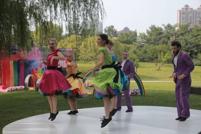 草裙露阴_酷热难耐?快来这个西安最大的冰激凌街撸冰!还有超酷的水上飞人表演!