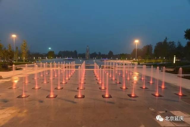 旱喷广场,64盏三色灯点缀其中