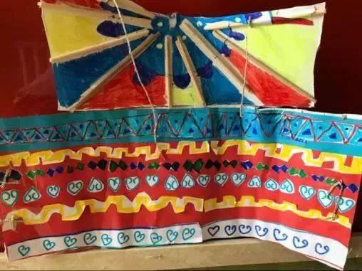 老师引导幼儿回忆之前搜集的蒙古包的花纹装饰,第二次的围栏完成了.