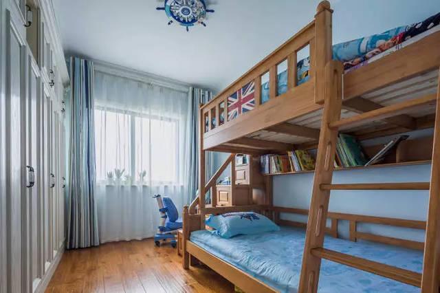 儿童房 儿童房是上下铺设计,深木色给人很踏实的感觉.图片