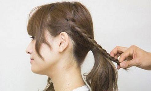 第二步:除刘海外,将两侧的头发分别编成简单的三股麻花辫.