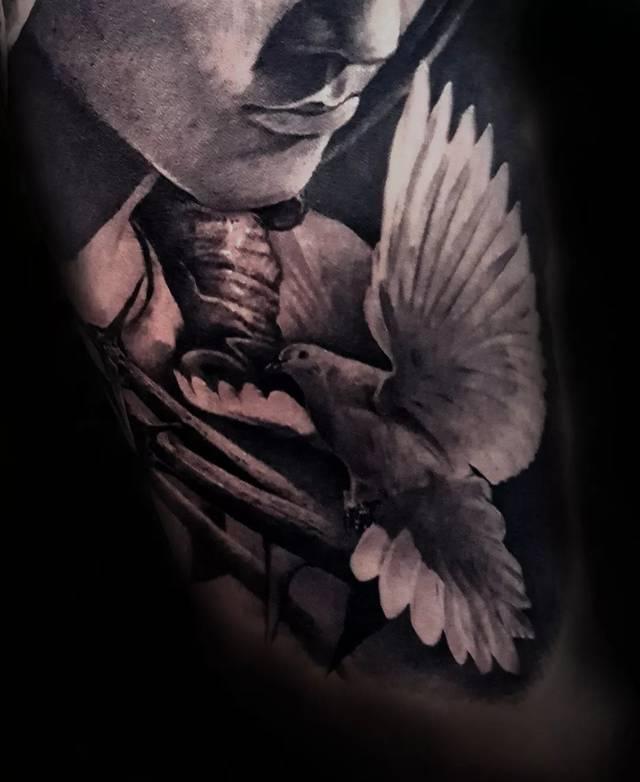 纹身来纪念 自己的爱人, 过世的亲人, 崇拜的明星, 自己的孩子等等.