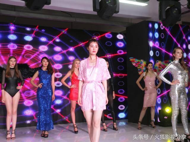 中国高调县城开展情趣内衣展,七国山寨走模特意情趣态致句子v高调的为图片
