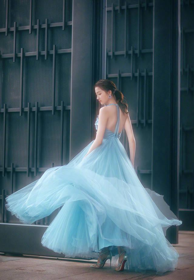 模特同款,搭配银色高跟鞋,露出半张脸和美背,下半身的层层纱裙转身