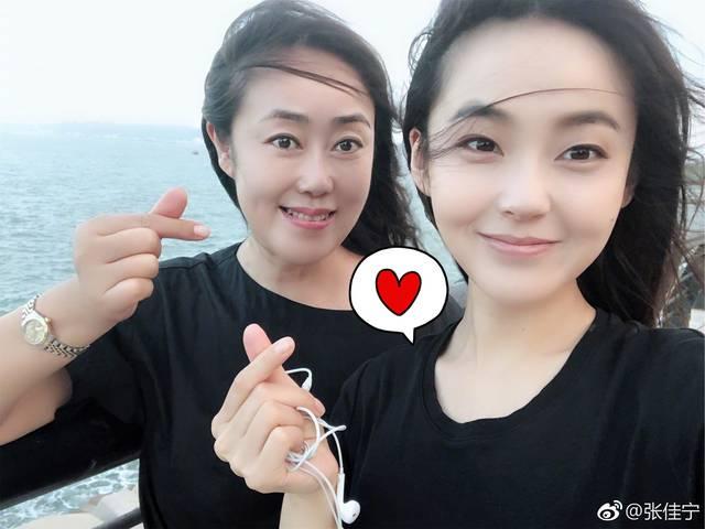 """张佳宁遗传母亲美貌基因 母女同框被称作""""姐妹俩""""图片"""