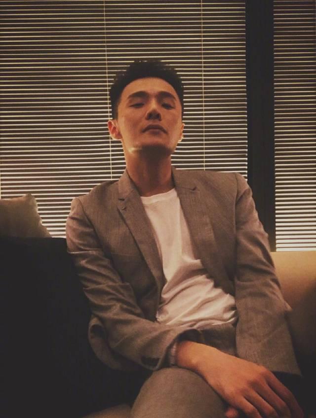 李荣浩自拍用错滤镜,脸色发青如僵尸吓坏网友