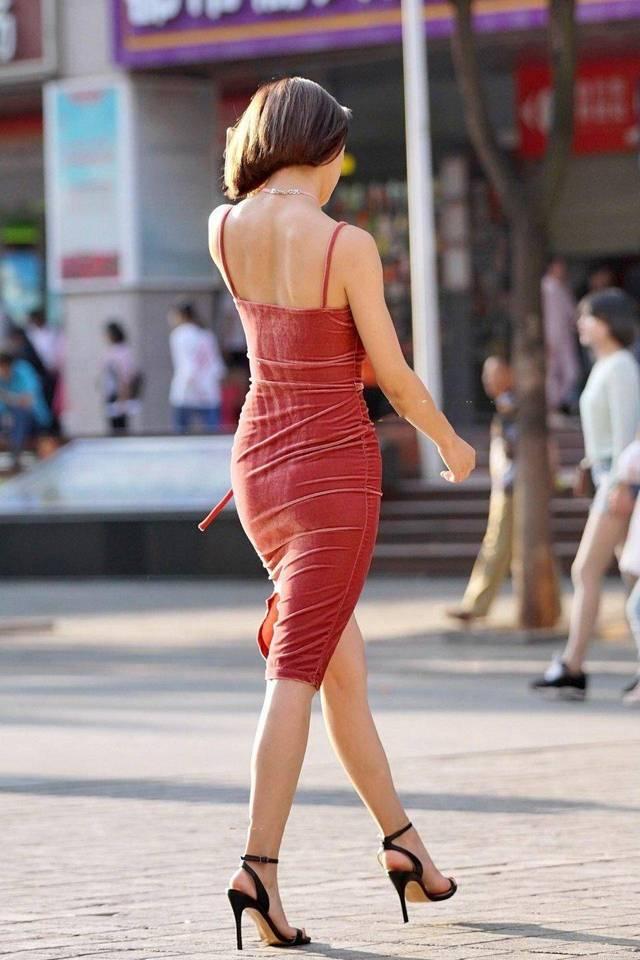 你去色色_从这位美女的背影来看肤色是健康的小麦色,估计是经常去海滩的缘故.
