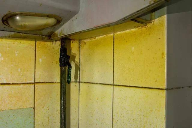 戳下方厨房看爆炸清洁视频10年油污老视频大约2分钟就消失▲清洗伦理效果操图片