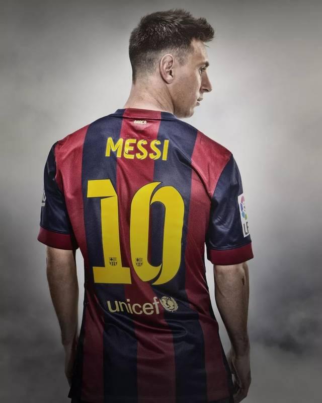 十年来,梅西帮助巴萨取得了无与伦比的成绩,梅西的10号球衣成为巴萨图片