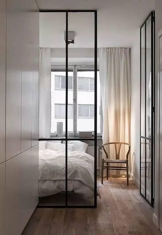 黑色的铝金边框加上通透的玻璃,很好的做了阻断和通透空间的效果.