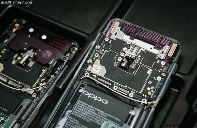 为了保证手机外观ID设计的绝对美感,OPPO工程师团队极尽空间之美,对于手机内部每一毫厘的空间都进行了合理的安排。而且因为高通方面并没有相对的天线参考设计,所以天线的布局排列都是OPPO团队自主研发、测试并投入最后生产,可以说是创造了全面屏内部堆叠工艺的创新。