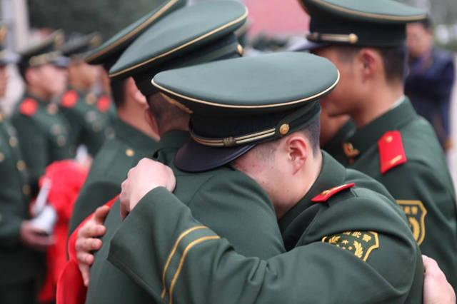 老班长虽然出生农村,却是一个积极上进,不畏困难,乐于帮助人的好军人
