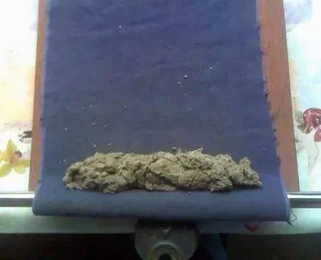 传统制艾条为纯手工,制作流程为采摘艾叶,进行晾晒,再用石臼捣碎