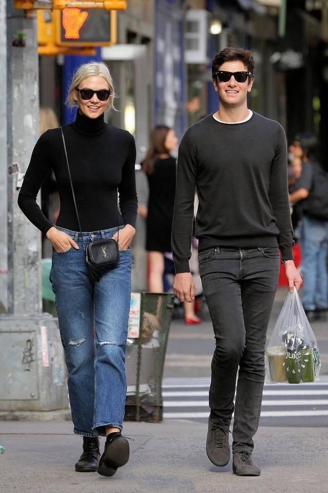 黑色高领针织衫搭配牛仔黑鞋和一身黑色帅气的搭配,随随便便一穿就是