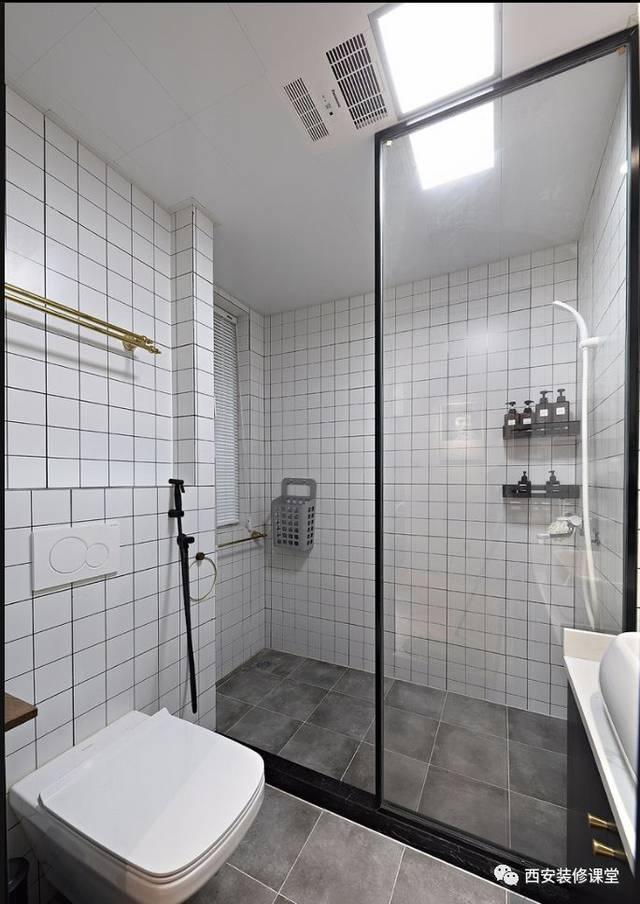 卫生间灰色地面瓷砖搭配白色格子墙砖,简单黑色玻璃隔断分割区域