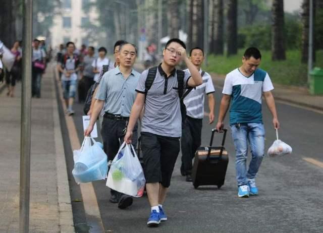 大一新生英�z�)^�)_大一新生:大学新生报道,父母提着行李跟在身后,你怎么