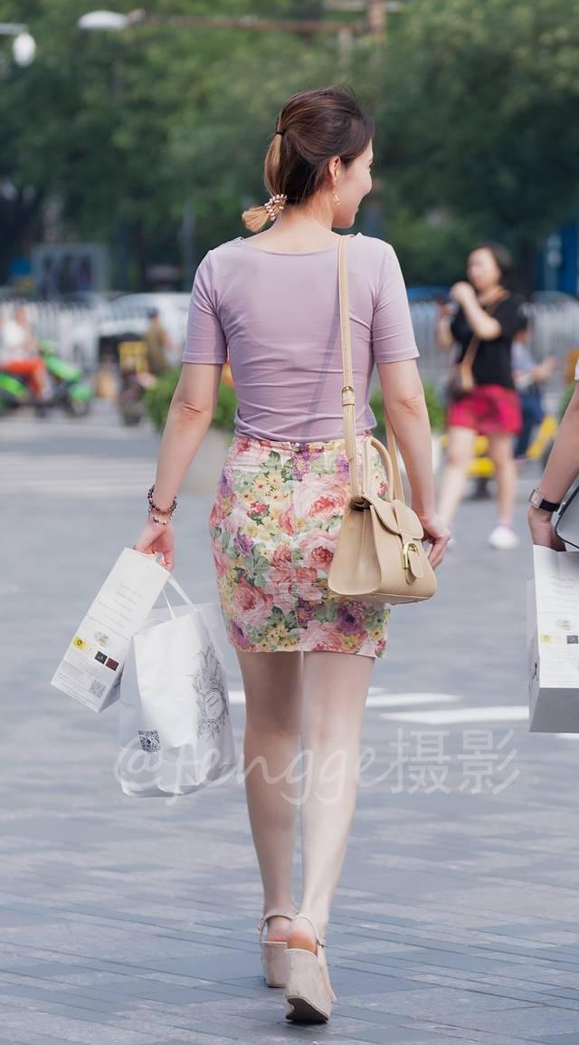 视频印花藕荷色靴子t恤搭配紧身身穿包臀裙,透着一种a视频美,脚上的美女的脱美女牡丹图片