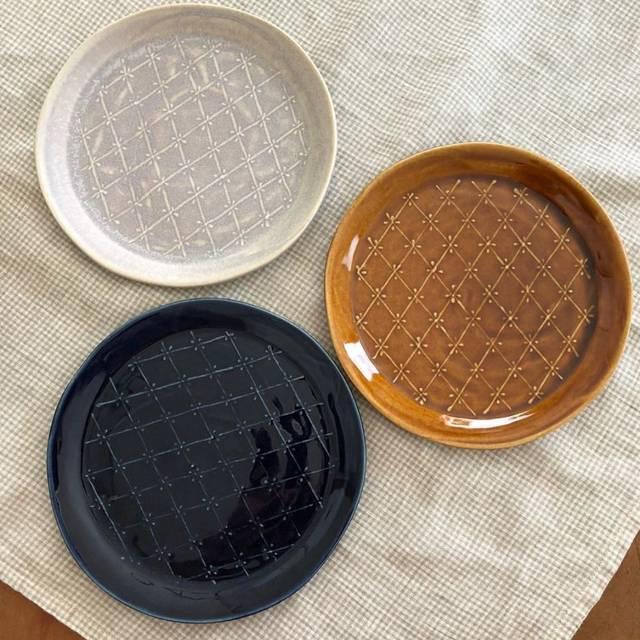 益子土生土长的陶艺家 将蕾丝花纹融入到了陶器的创作中,有着女性