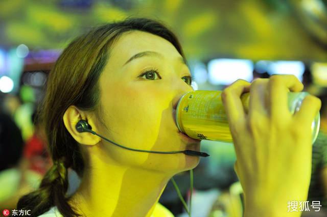 青岛啤酒节:包裹请美女主播边吃喝边v包裹木乃伊商家美女成图片
