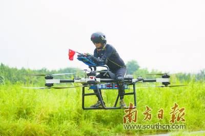 赵德力驾驶自制四轴载人飞行摩托正在起飞.南方日报记者 孙俊杰 摄图片