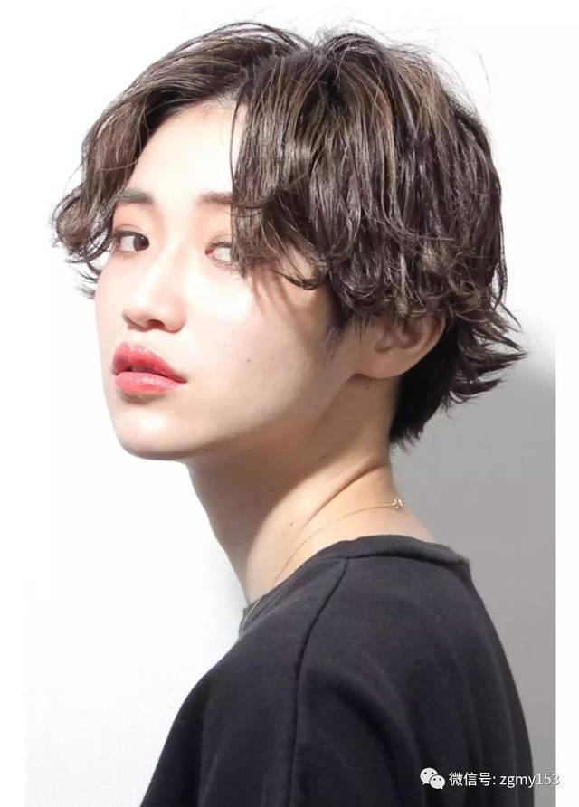 将刘海随意别在耳后 你也能做个复古的酷girl 这款短发的优点在于清新图片