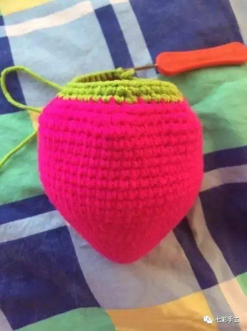 草莓包包钩针编织教程,宝贝带上美美的,到哪都带着不舍得摘