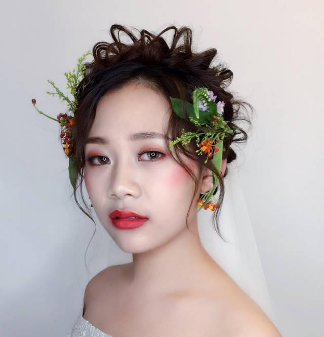 想要蓬松的精致感觉,灵动的抽丝发能够让新娘仙气十足,干净的妆面加上图片