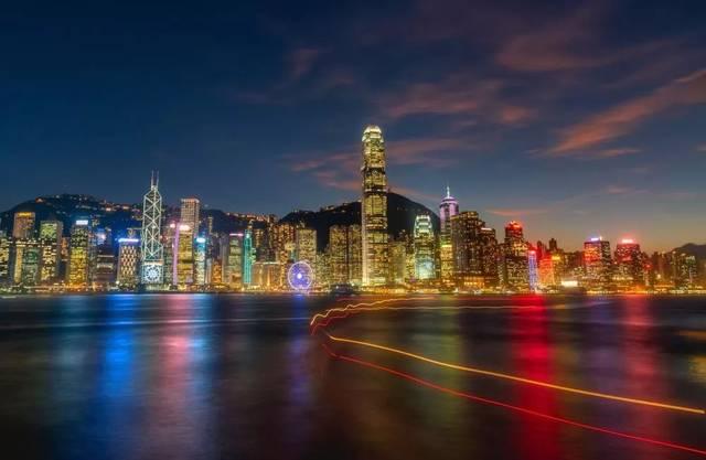 入夜后万家灯火,相互辉映,维港夜景因而与日本函馆和意大利那不勒斯